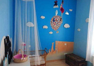 Décor peint dans une chambre de bébé